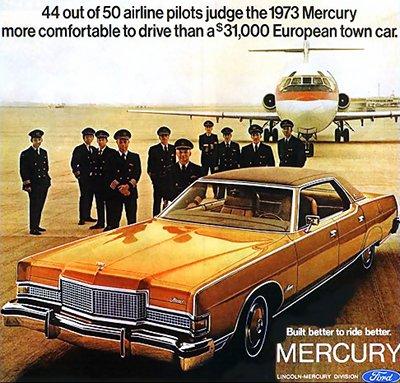 Publicité américaine pour l'imposante Ford Mercury, posant devant une dizaine de pilotes de ligne et un avion