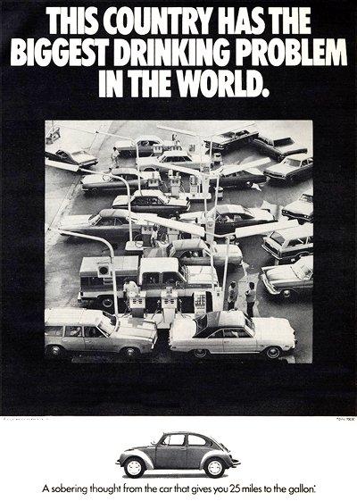 Publicité américaine pour la voiture Volkswagen Coccinelle, où des voitures typiquement américaines forment des files d'attentes compactes aux pompes à essence