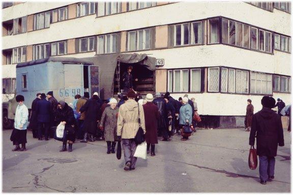 Des denrées alimentaires vendues au cul du camion, à l'époque de l'effondrement de l'Union soviétique
