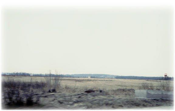 Des champs à la sortie d'une ville en Union soviétique