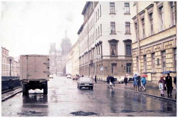Une rue presque vide de circulation automobile à l'époque de l'effondrement de l'Union soviétique